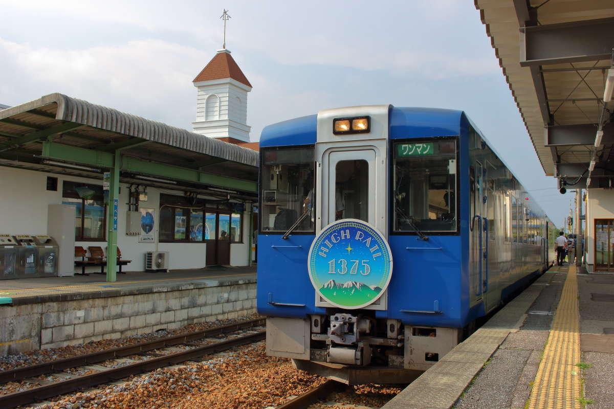 野辺山駅に停車中の「HIGH RAIL 2号」(2019年8月)