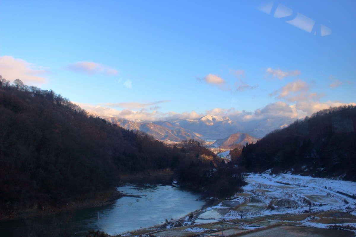 雪をたたえた三国山脈の山々