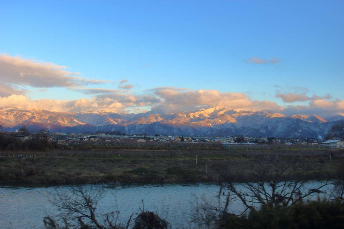 善光寺平を流れる千曲川、その向こうの山並み、長野県らしい風景です