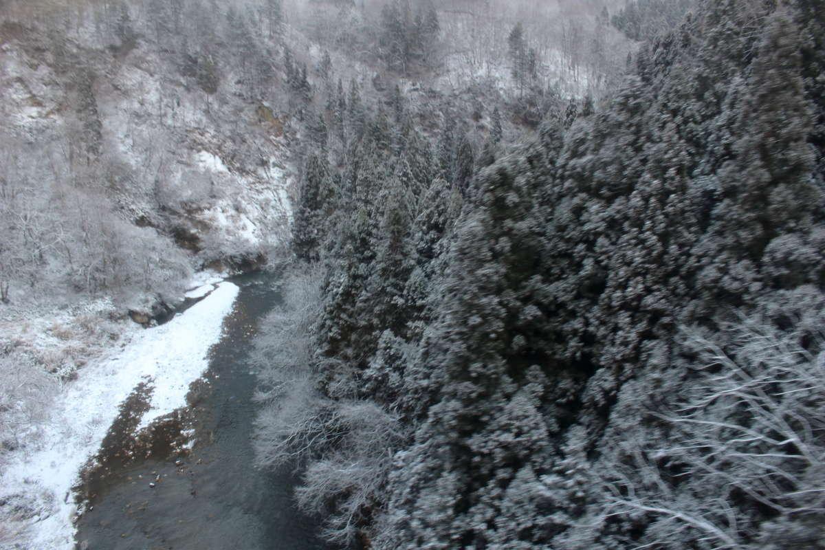 冬らしい寒そうな景色の滝谷川橋梁
