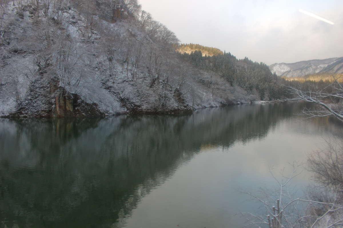 雪景色の只見川を眺めながらのローカル線の旅