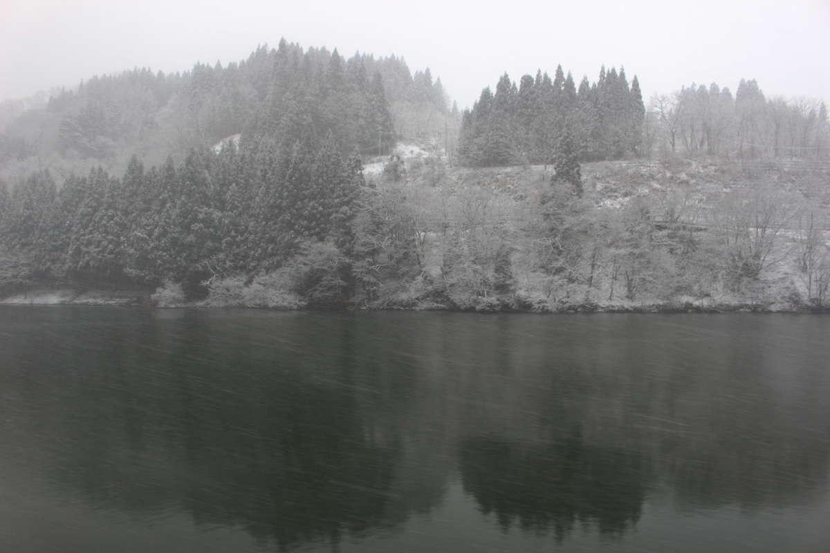 雪が強まり、只見川の風景はモノトーンに