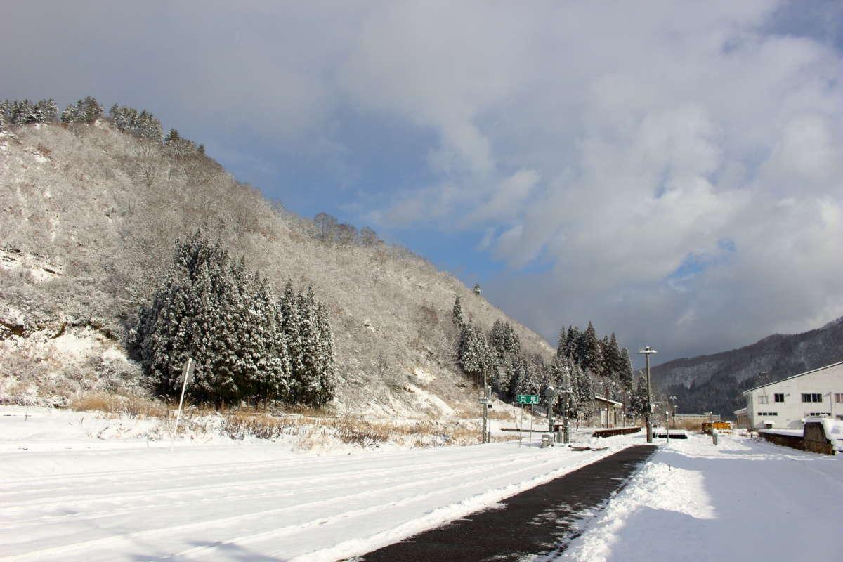 雪景色の只見駅ホーム