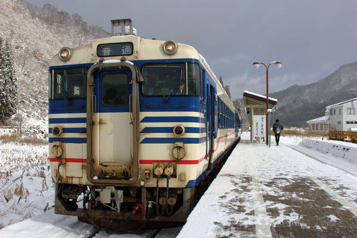 小出行きの列車はキハ40形2両編成