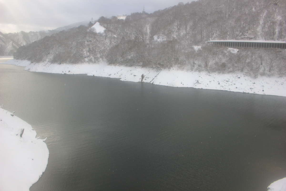 田子倉トンネルを抜けると左側に田子倉湖が広がります