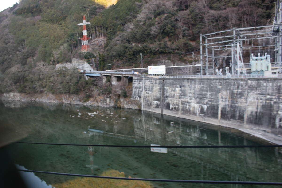 天竜川の横には「電源開発 佐久間発電所」があります