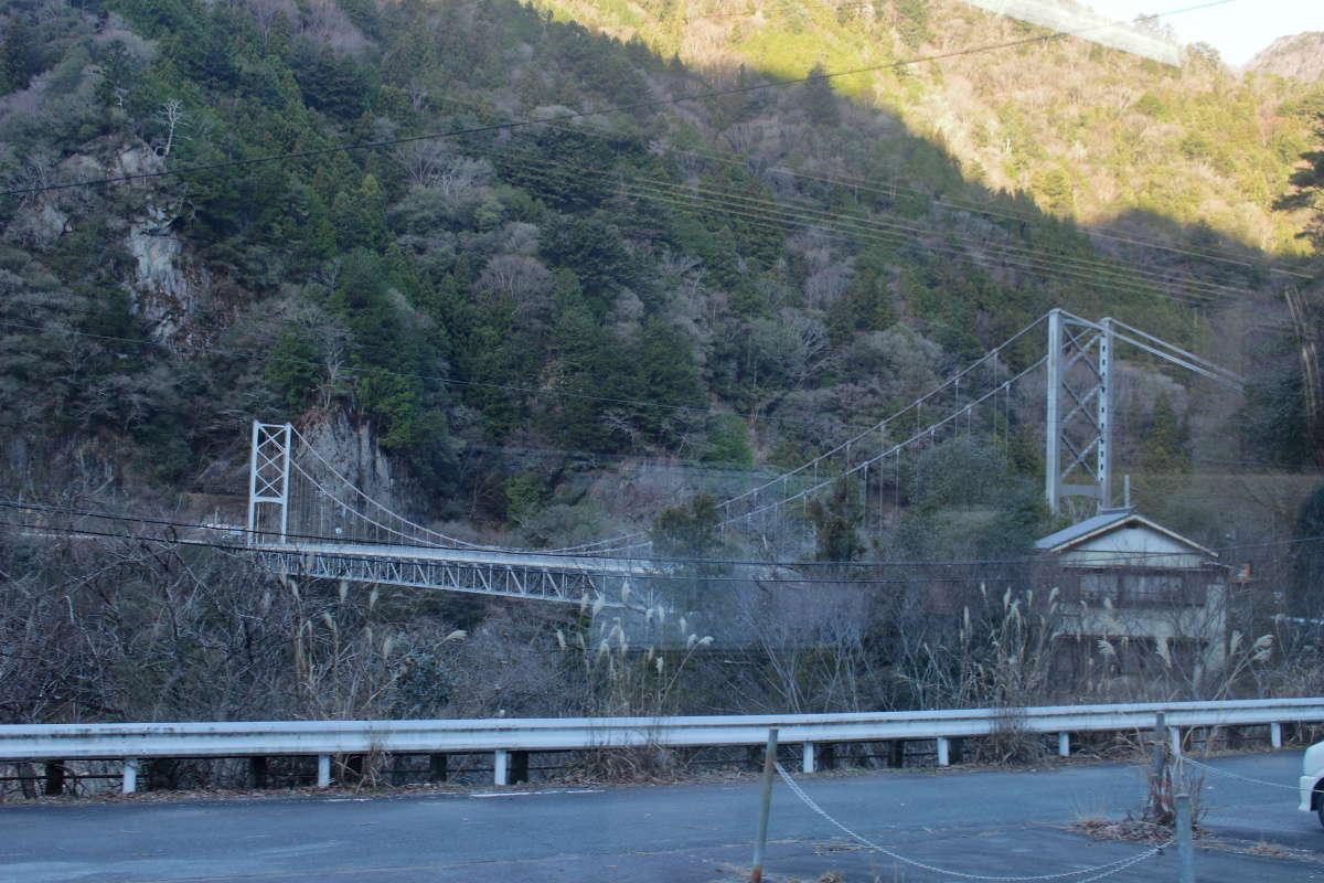 天竜川にかかる吊り橋が目印の「大嵐駅」