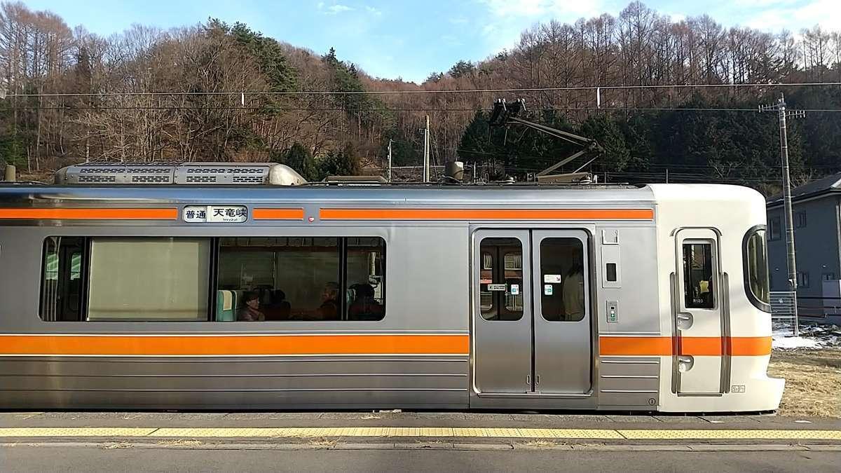 川岸駅で天竜峡行きの普通列車と行き違い