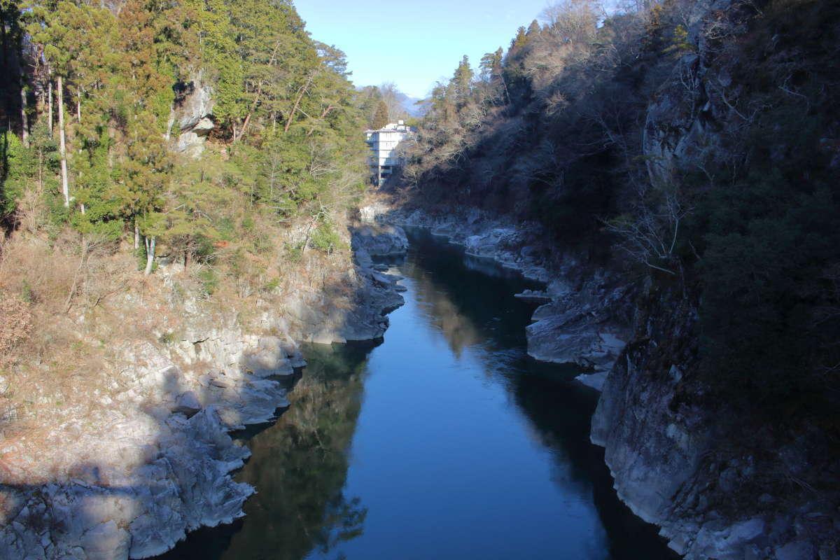つつじ橋の上から眺める天竜峡、龍角峯も右側に見えています