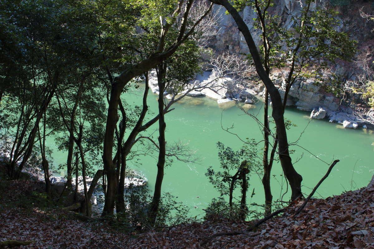 エメラルドグリーンの水面が美しい天竜川