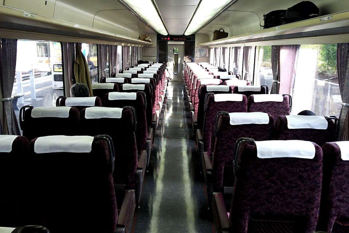 「ホームライナー浜松・静岡」に使われる373系電車の車内