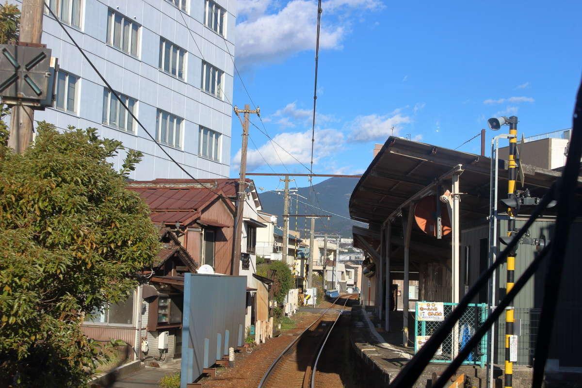 市街地に近い吉原本町駅近くでは建物の間を縫うように進みます