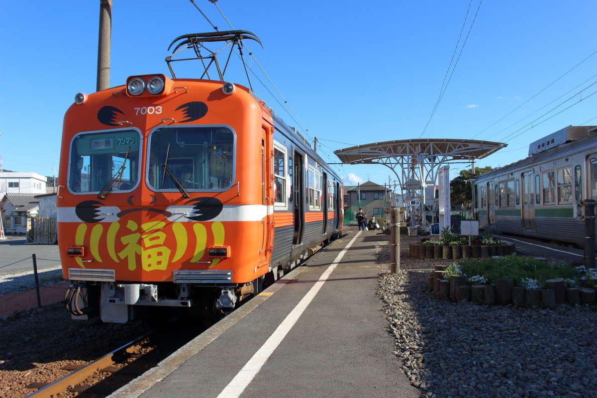 幅広いホームの両側に電車が止まる岳南江尾駅