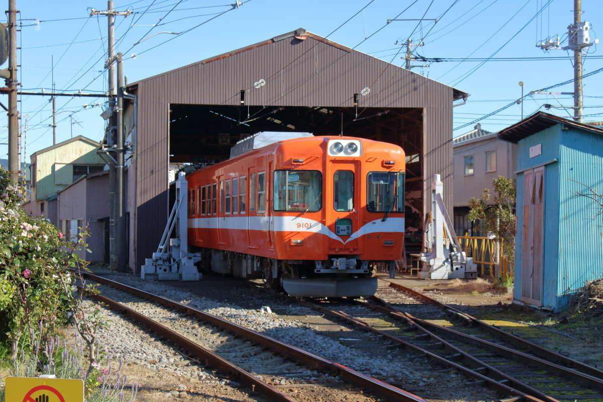 岳南富士岡駅の検修設備には9000系電車が