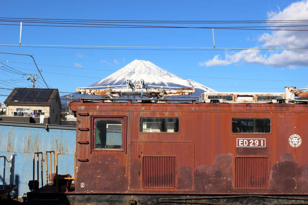 岳南富士岡駅のホームから撮影したED29形電気機関車と富士山