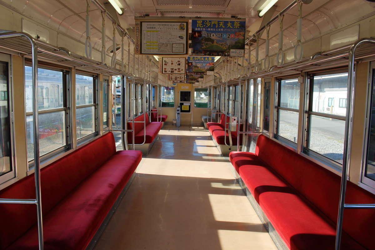 7000系電車のロングシートの車内