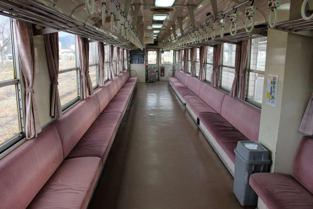 フラワー長井線の車内は長いロングシート!