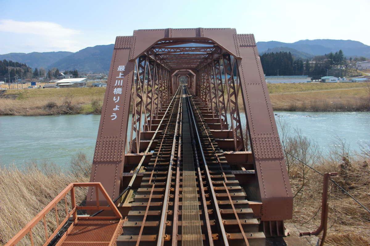 フラワー長井線最大の見どころ「最上川橋梁」