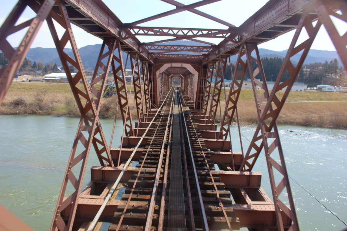 「ダブルワーレントラス」を採用する最上川橋梁