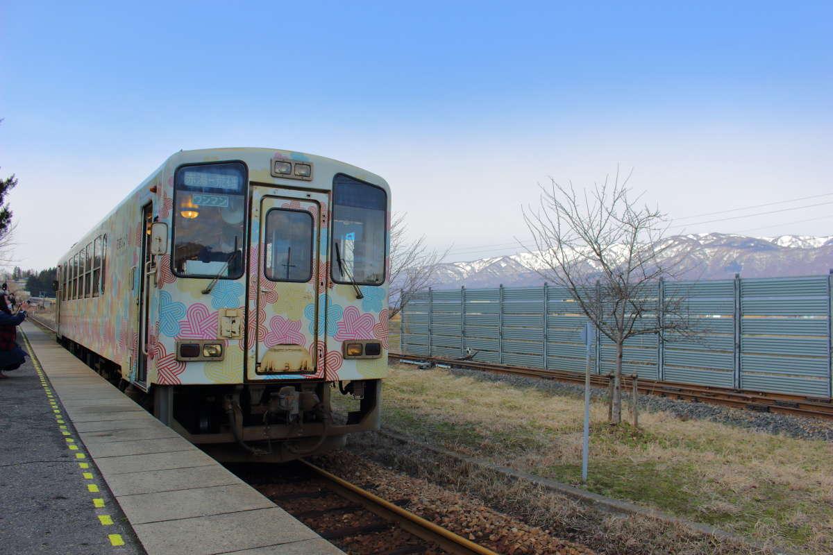 置賜盆地の北端部にある終着駅、置賜駅