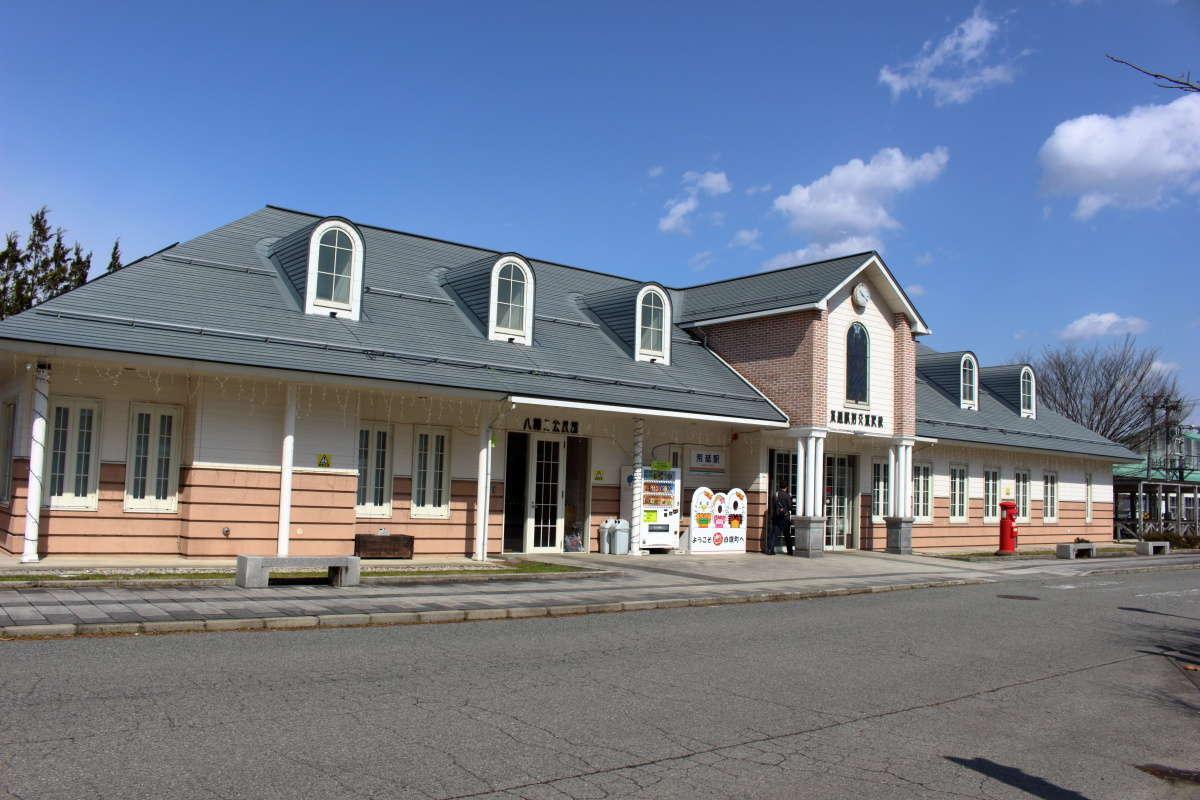 2003年にリニューアルした荒砥駅の駅舎、公民館を併設