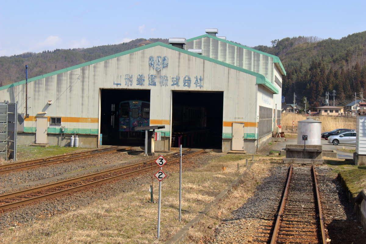 荒砥駅ホームの奥にある山形鉄道の車両基地