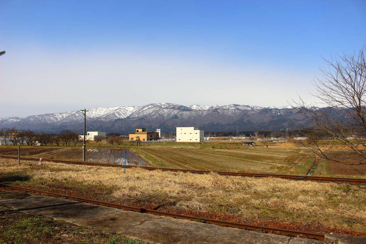 荒砥駅横の駐車場から眺める線路と山並みの風景