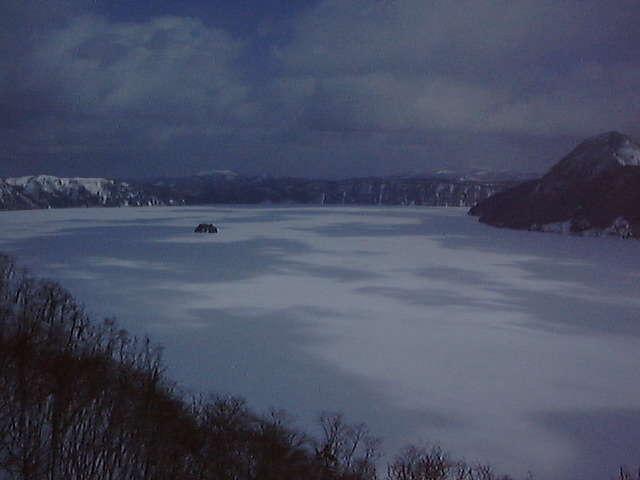 氷に閉ざされた摩周湖