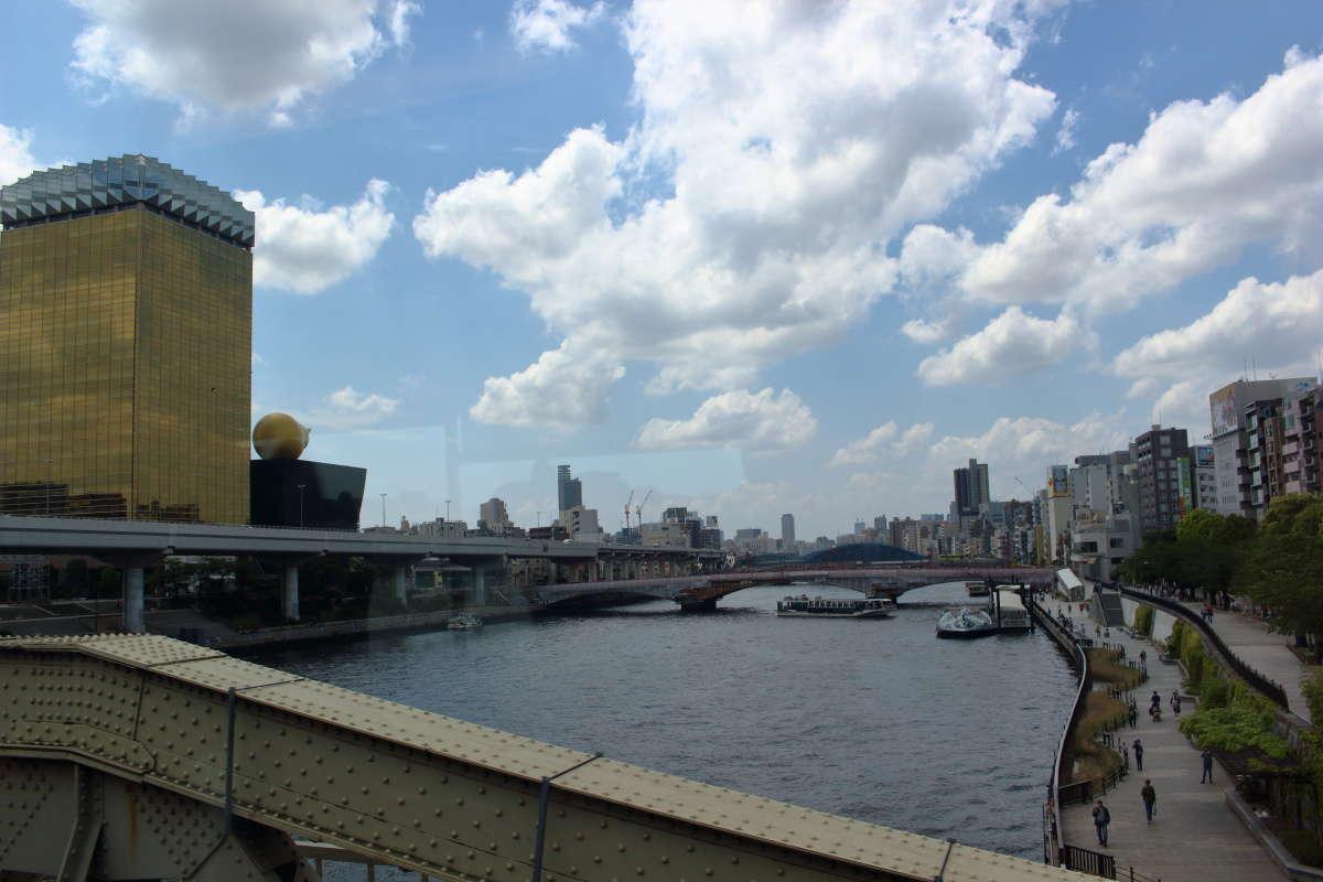 「リバティ会津」は浅草を発車するとすぐに隅田川を渡ります