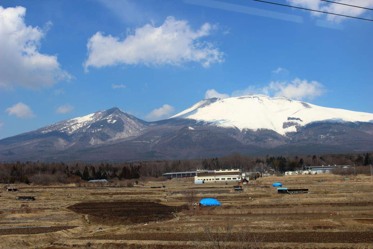 クロスシートの列車で浅間山を眺めながらの旅も!