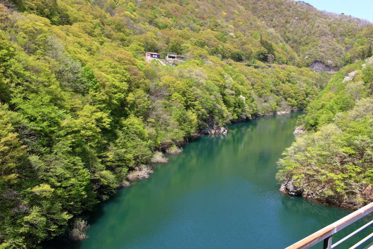 「お座トロ展望列車」は阿賀川を渡る絶景ポイントで停車