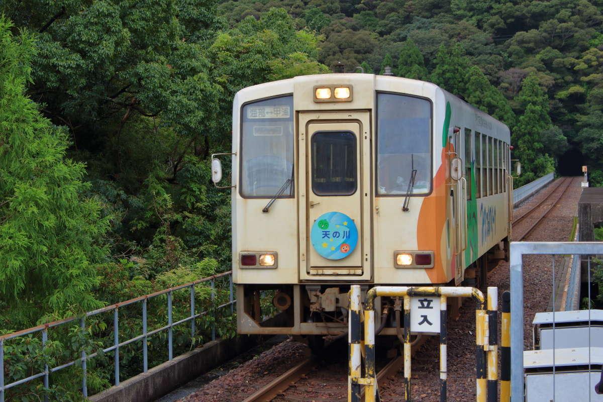 甲浦駅に入線する阿佐海岸鉄道の気動車