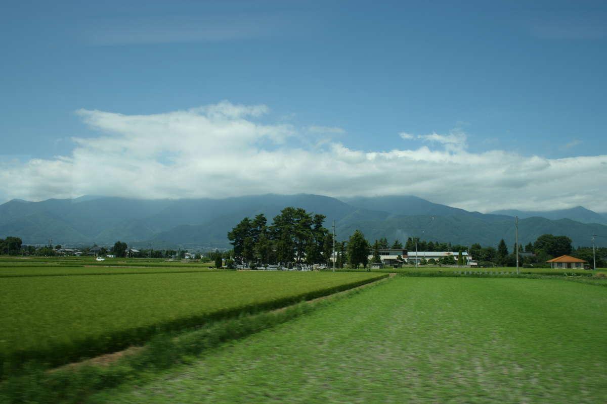 長閑な安曇野の田園風景が広がる大糸線の車窓