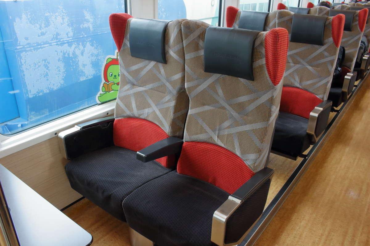 新幹線のグリーン席並みに前後の間隔が広い「リゾートビューふるさと」の座席