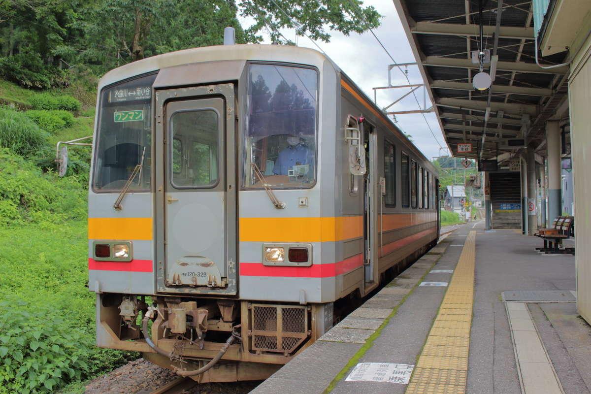 南小谷駅で出発を待つ大糸線のキハ120形車両