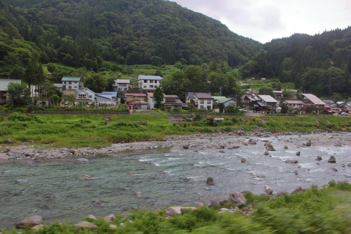 南小谷駅を出発するとすぐに左手に姫川が見えます
