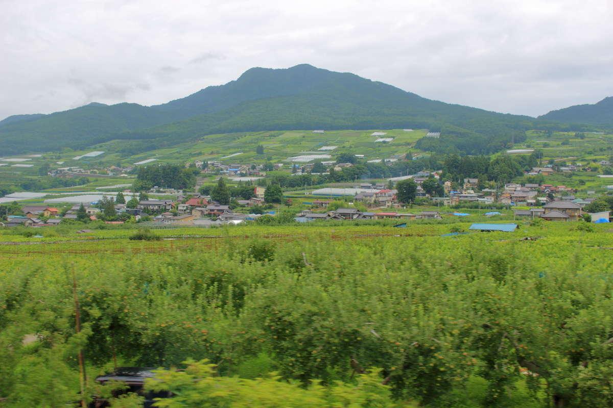 信州中野から先は山間部への勾配を登っていきます