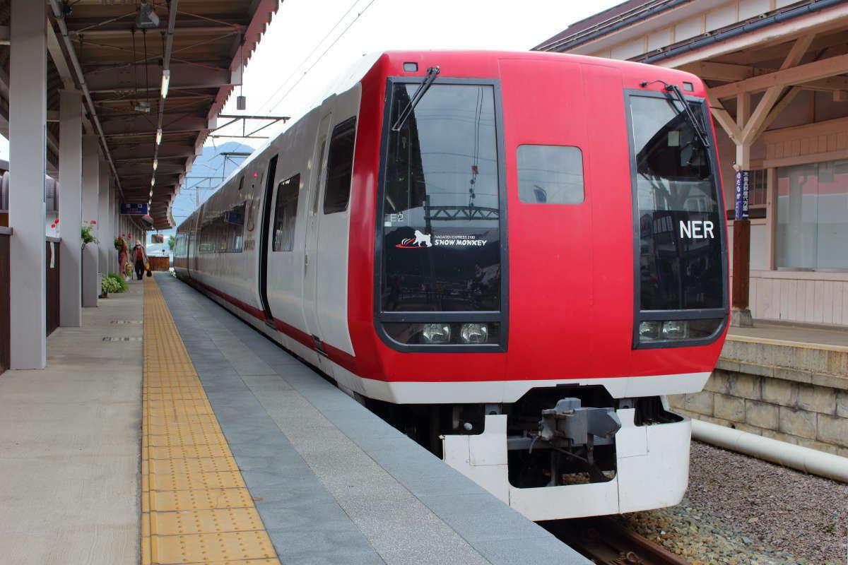 終点の湯田中駅に到着した特急「スノーモンキー」