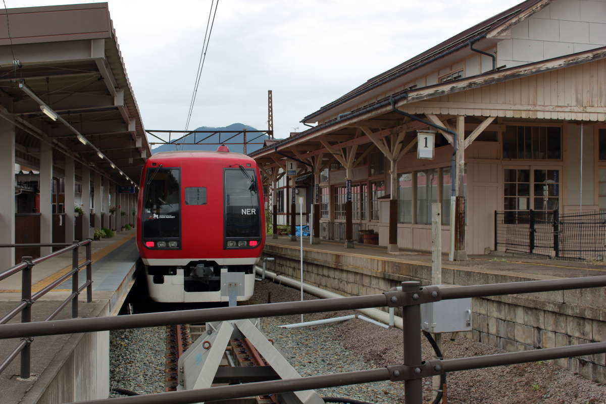 湯田中駅のホームに停車する特急「スノーモンキー」
