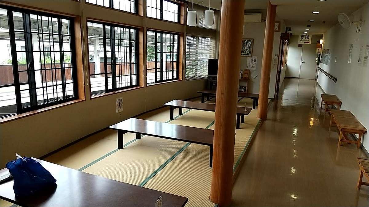 「楓の湯」のお休み処は湯田中駅旧1番ホーム上にありトレインビュー!
