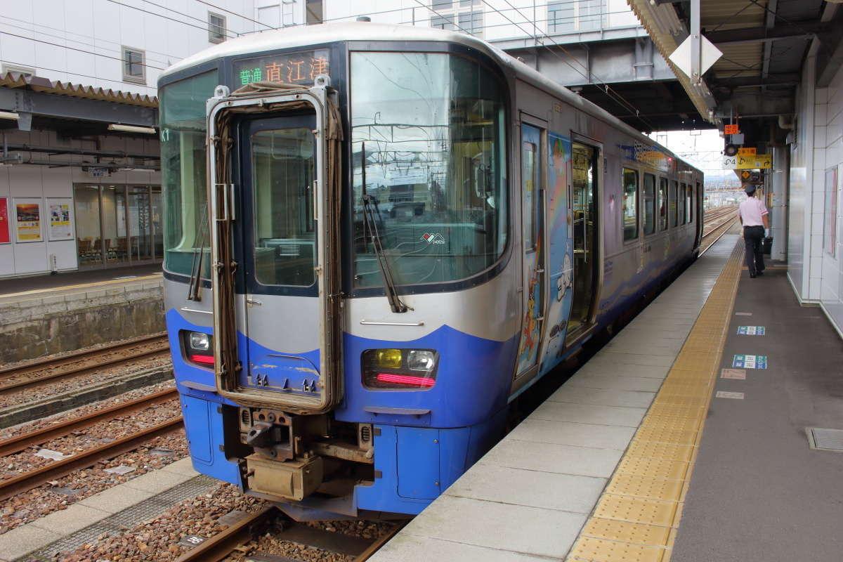 糸魚川駅の長いホームの端っこに停車中の直江津行き普通列車