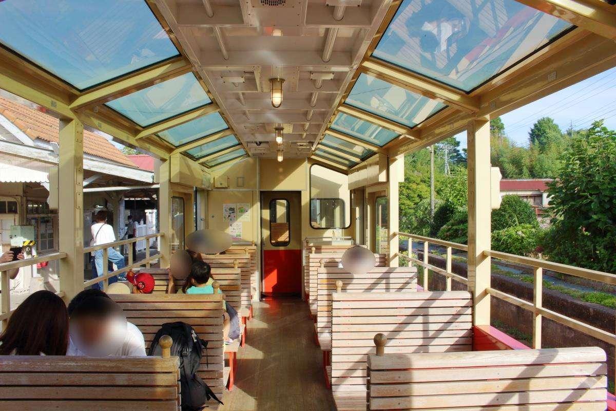木製のボックスシートが並ぶ「房総里山トロッコ」の展望車