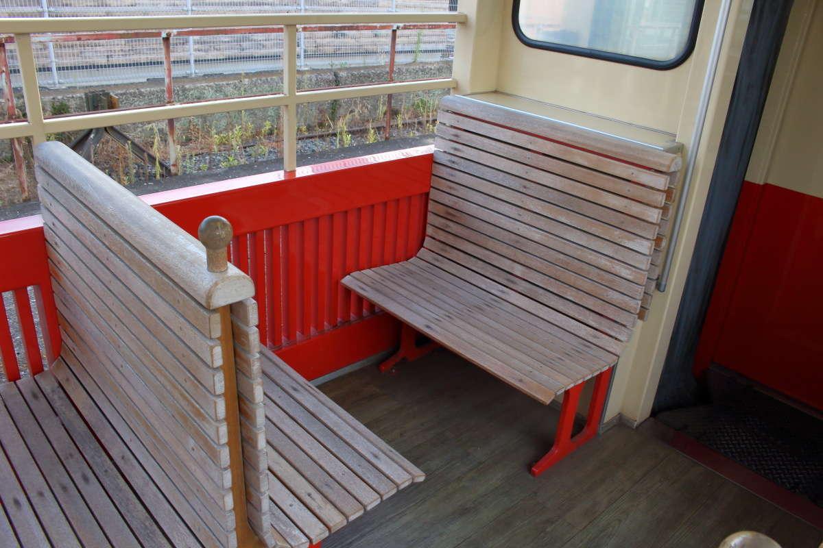 「房総里山トロッコ」のボックスシートは座面が木製