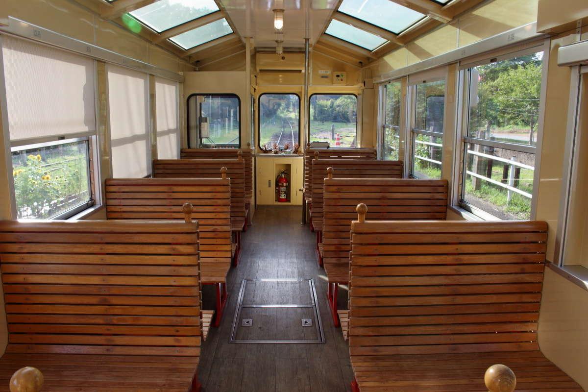 窓付きで冷房完備の「房総里山トロッコ」の普通車(1・4号車)