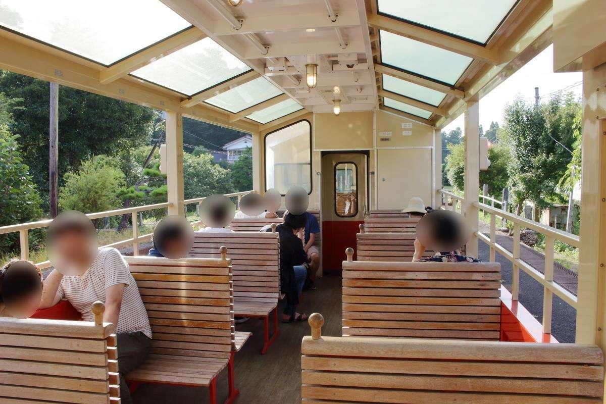「房総里山トロッコ6号」の展望車はボックスが程よく埋まる程度の乗客