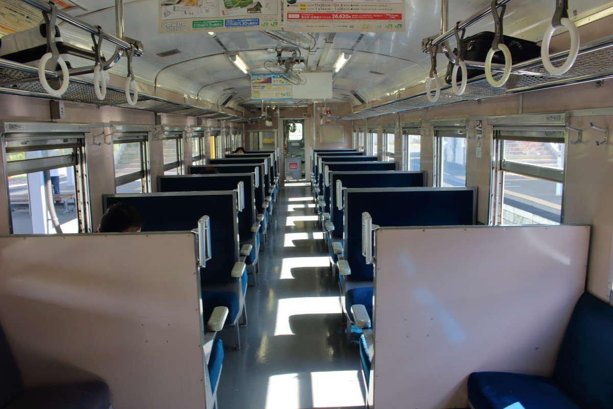 ボックスシートが並ぶキハ40系、冷房はなく扇風機のみ!