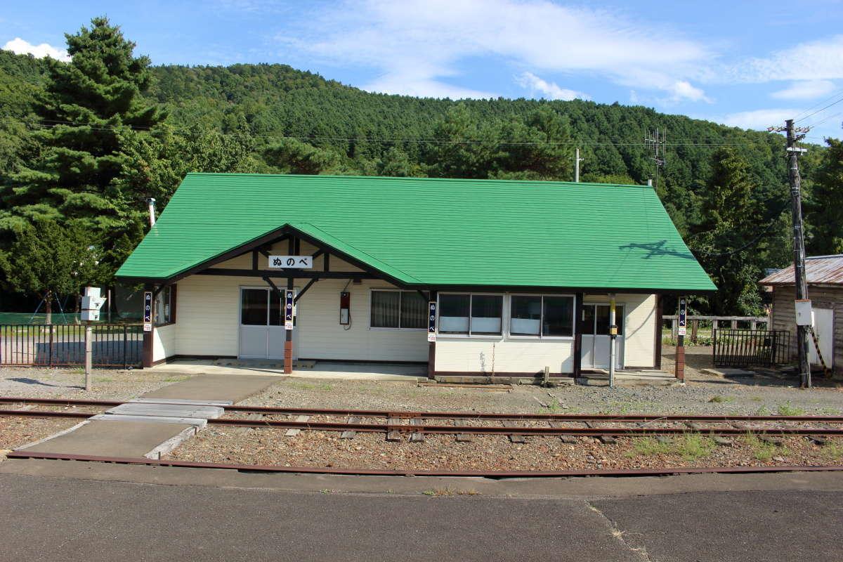 緑の屋根が特徴的な「布部駅」