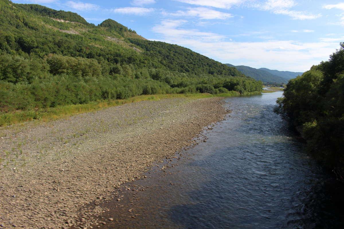 根室本線 富良野~東鹿越間は空知川に沿って走ります