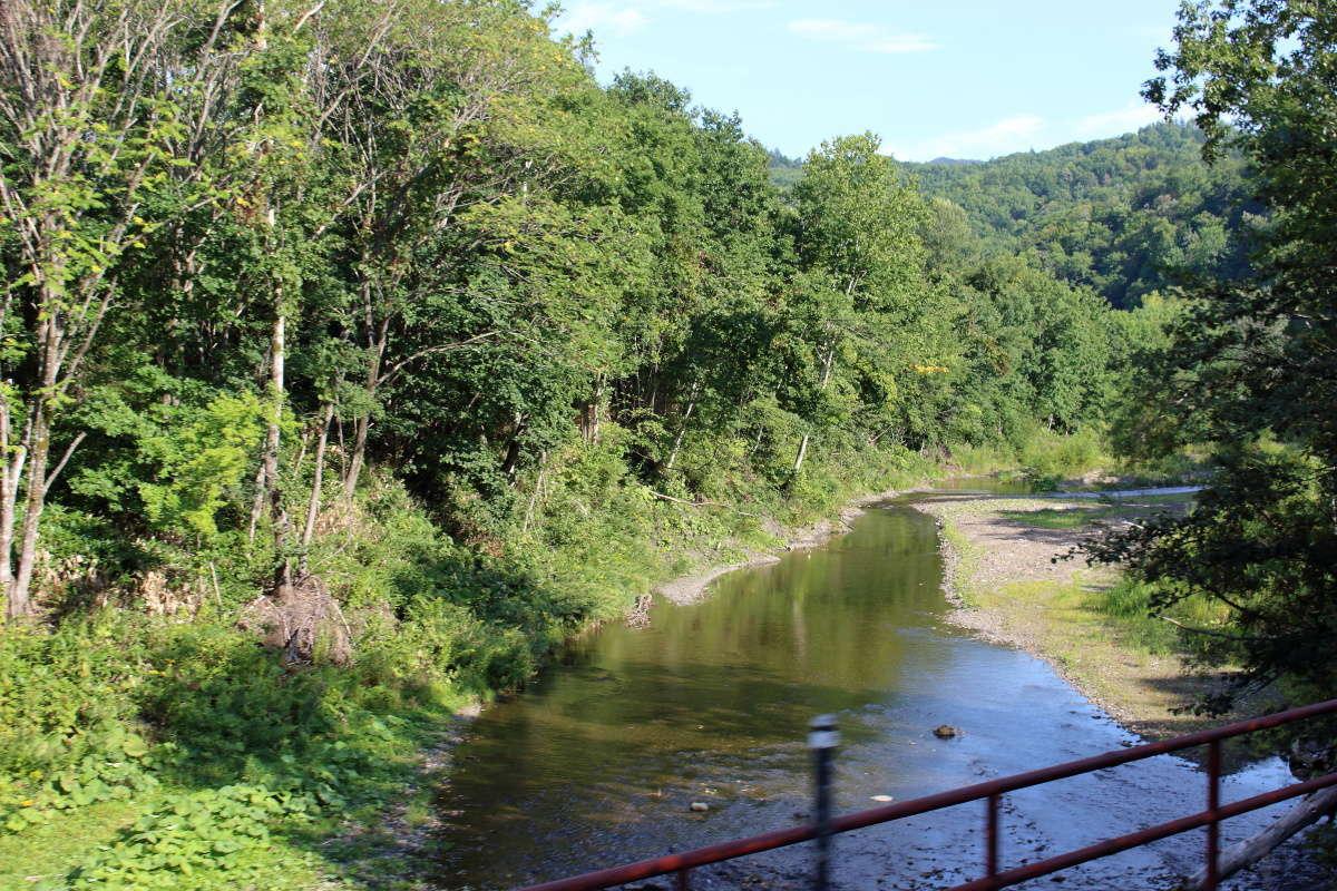 根室本線を走る列車は蛇行する空知川を何度もわたります