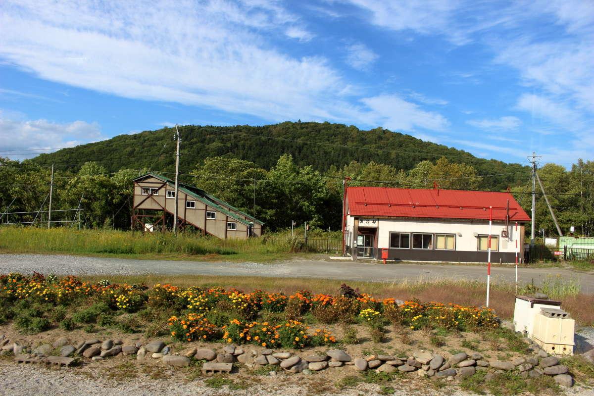赤い屋根の小さな駅舎が印象的な「落合駅」